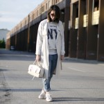 Normcore outfit: boyfriend jeans, trench e Nike