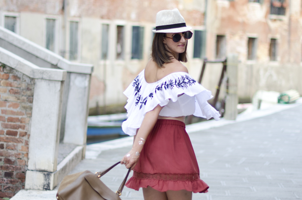 how to dress in Venice | tourist look | flip flops ugg