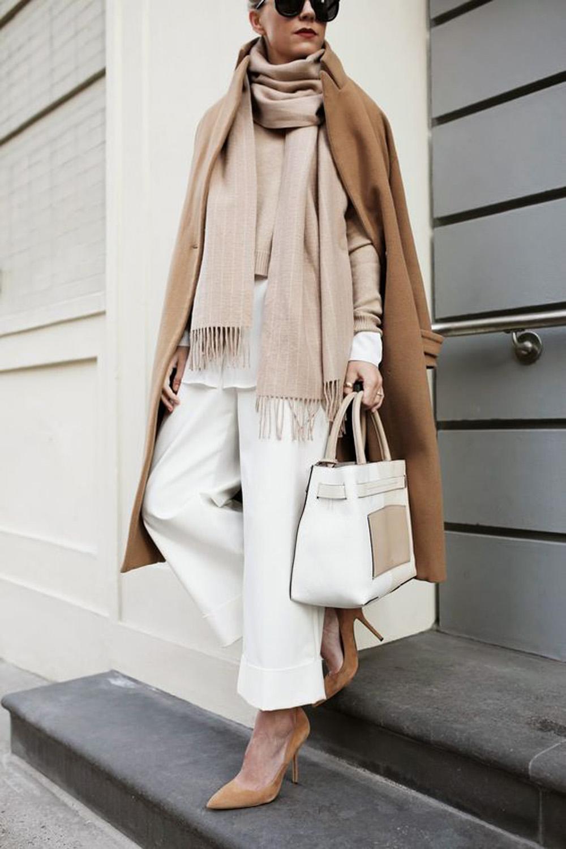 come vestire alla francese indossando un outfit beige e bianco