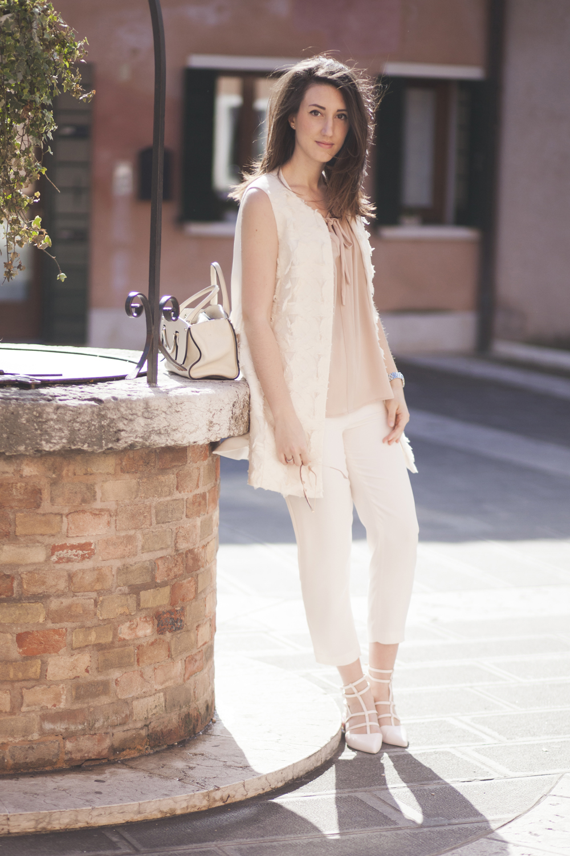 Matrimonio In Parigi : Outfit elegante mixare toni neutri come rosa cipria e panna