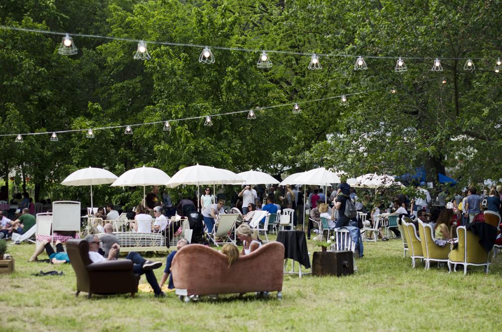 chic nic picnic sui colli euganei indossando un vestito a righe. Black Bedroom Furniture Sets. Home Design Ideas