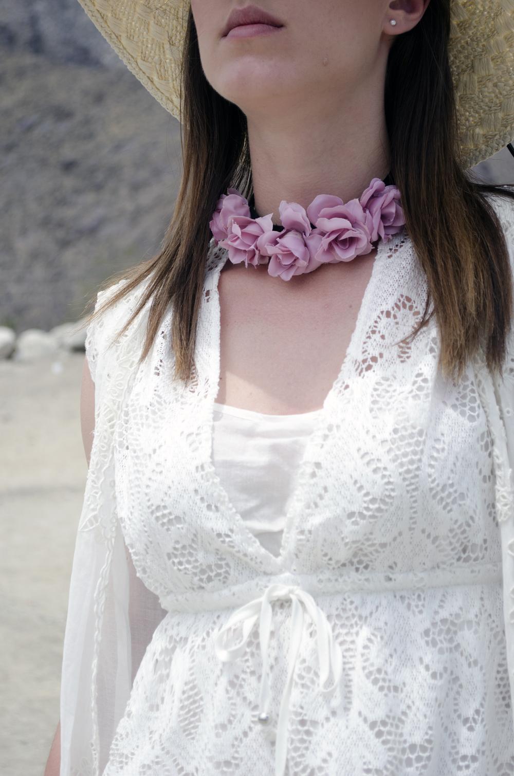 collana con rose e vestito in pizzo