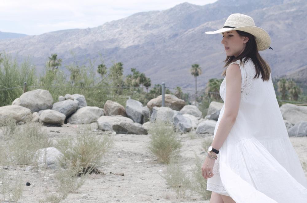 look total white con vestito lungo e cappello di paglia a falda larga in California