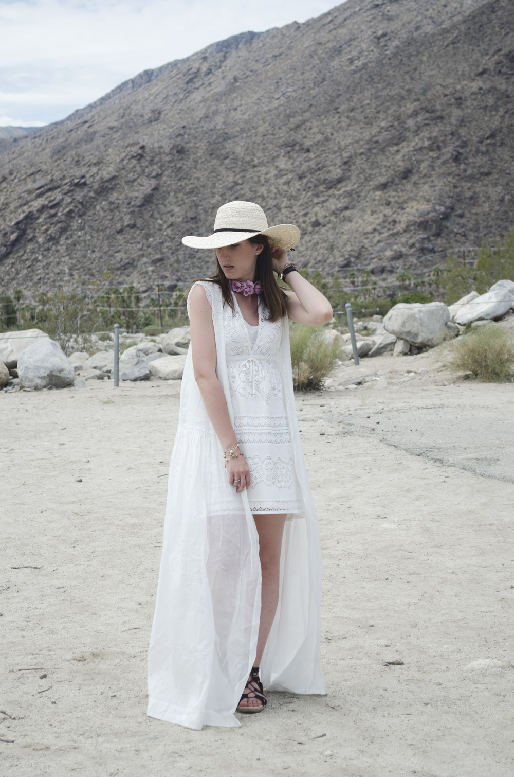 look total white look nel deserto a palm springs in california