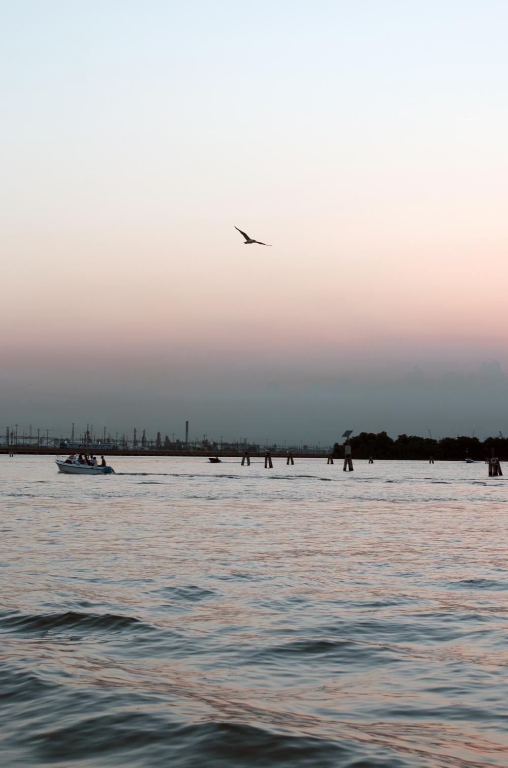 foto del tramonto nella laguna di venezia