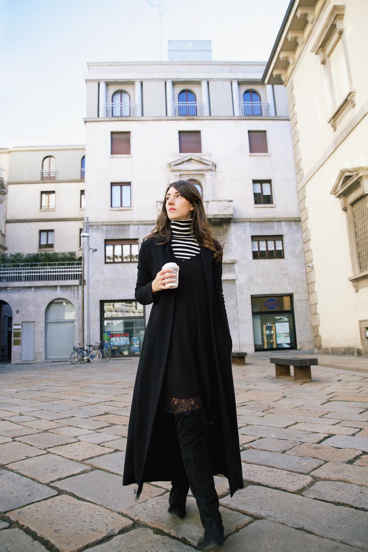 outfit con abito sottoveste, cappotto lungo e dolcevita