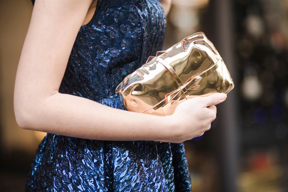 outfit per natale con clutch dorata benedetta bruzziches modello cabaret