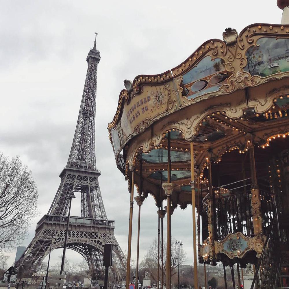 cosa fotografare a parigi: il carosello davanti alla Tour Eiffel