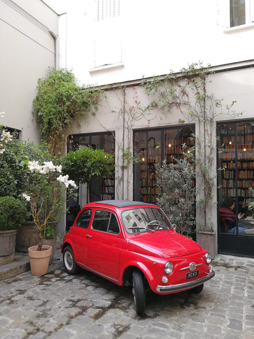 cosa fotografare a parigi: il concept store merci e l'auto d'epoca nel cortile