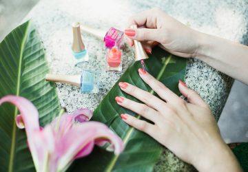 Fenicotteri e fiori d'ibisco: nail art estive con Tropical Miami di Estrosa